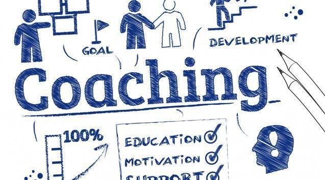 coaching procede del verbo inglés to coach, «entrenar»